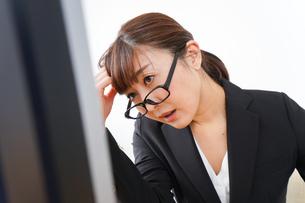 過労・長時間労働・残業に苦しむビジネスウーマンの写真素材 [FYI04713411]
