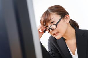 過労・長時間労働・残業に苦しむビジネスウーマンの写真素材 [FYI04713413]