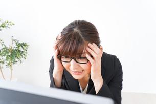 過労・長時間労働・残業に苦しむビジネスウーマンの写真素材 [FYI04713417]