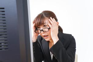 過労・長時間労働・残業に苦しむビジネスウーマンの写真素材 [FYI04713419]