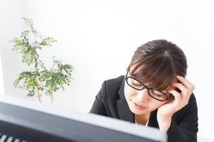 過労・長時間労働・残業に苦しむビジネスウーマンの写真素材 [FYI04713420]