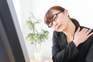過労・長時間労働・残業に苦しむビジネスウーマンの写真素材 [FYI04713422]