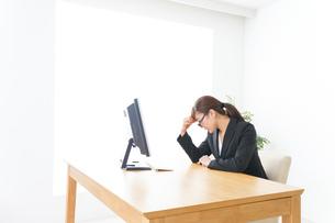 過労・長時間労働・残業に苦しむビジネスウーマンの写真素材 [FYI04713425]