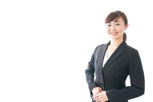 笑顔の若いビジネスウーマンの写真素材 [FYI04713428]
