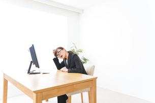 過労・長時間労働・残業に苦しむビジネスウーマンの写真素材 [FYI04713429]