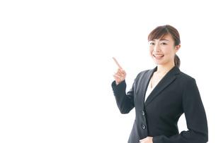笑顔の若いビジネスウーマンの写真素材 [FYI04713447]