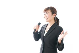 インタビュー・司会・プレゼンをするビジネスウーマンの写真素材 [FYI04713451]