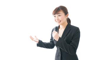 インタビュー・司会・プレゼンをするビジネスウーマンの写真素材 [FYI04713452]