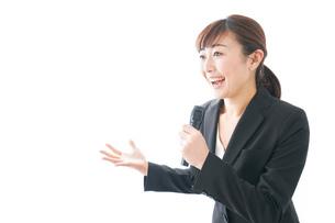 インタビュー・司会・プレゼンをするビジネスウーマンの写真素材 [FYI04713454]