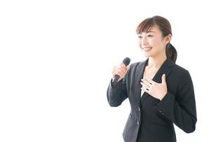 インタビュー・司会・プレゼンをするビジネスウーマンの写真素材 [FYI04713456]