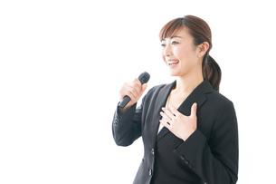 インタビュー・司会・プレゼンをするビジネスウーマンの写真素材 [FYI04713459]