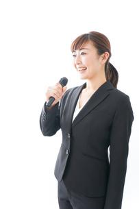 インタビュー・司会・プレゼンをするビジネスウーマンの写真素材 [FYI04713460]