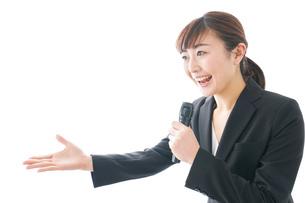 インタビュー・司会・プレゼンをするビジネスウーマンの写真素材 [FYI04713463]
