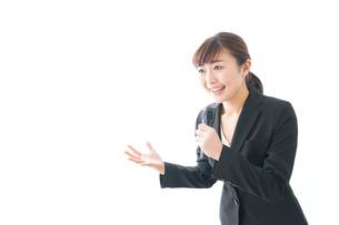 インタビュー・司会・プレゼンをするビジネスウーマンの写真素材 [FYI04713464]