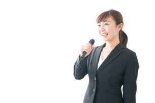 インタビュー・司会・プレゼンをするビジネスウーマンの写真素材 [FYI04713465]