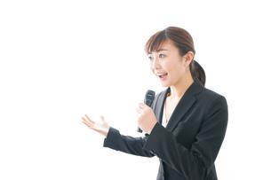 インタビュー・司会・プレゼンをするビジネスウーマンの写真素材 [FYI04713466]