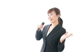 インタビュー・司会・プレゼンをするビジネスウーマンの写真素材 [FYI04713467]