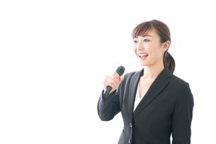 インタビュー・司会・プレゼンをするビジネスウーマンの写真素材 [FYI04713468]