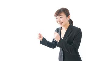 インタビュー・司会・プレゼンをするビジネスウーマンの写真素材 [FYI04713469]