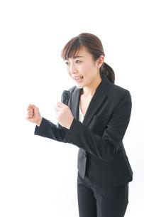 インタビュー・司会・プレゼンをするビジネスウーマンの写真素材 [FYI04713470]