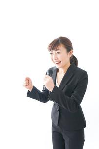 インタビュー・司会・プレゼンをするビジネスウーマンの写真素材 [FYI04713471]