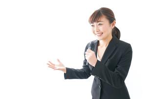インタビュー・司会・プレゼンをするビジネスウーマンの写真素材 [FYI04713472]