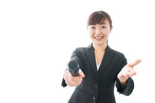 インタビュー・司会・プレゼンをするビジネスウーマンの写真素材 [FYI04713473]