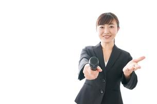 インタビュー・司会・プレゼンをするビジネスウーマンの写真素材 [FYI04713474]