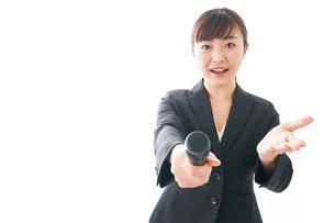 インタビュー・司会・プレゼンをするビジネスウーマンの写真素材 [FYI04713475]