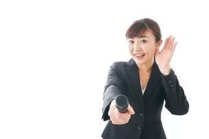 インタビュー・司会・プレゼンをするビジネスウーマンの写真素材 [FYI04713476]