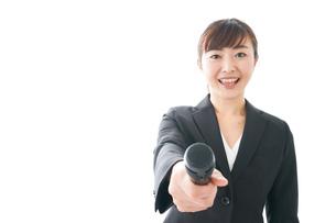 インタビュー・司会・プレゼンをするビジネスウーマンの写真素材 [FYI04713477]