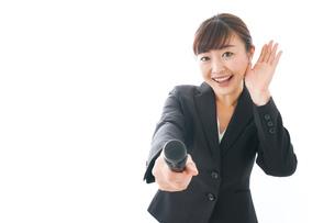 インタビュー・司会・プレゼンをするビジネスウーマンの写真素材 [FYI04713479]