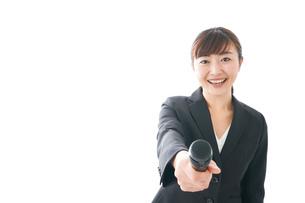インタビュー・司会・プレゼンをするビジネスウーマンの写真素材 [FYI04713480]