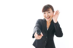 インタビュー・司会・プレゼンをするビジネスウーマンの写真素材 [FYI04713481]