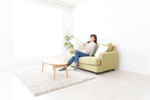 自宅でリラックスをする若い女性の写真素材 [FYI04713520]