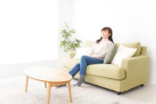 自宅でリラックスをする若い女性の写真素材 [FYI04713521]