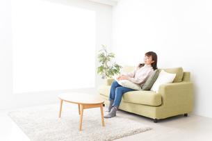 自宅でリラックスをする若い女性の写真素材 [FYI04713532]
