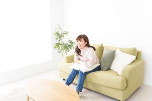 自宅でリラックスをする若い女性の写真素材 [FYI04713534]