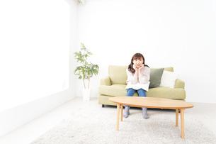 自宅でリラックスをする若い女性の写真素材 [FYI04713535]