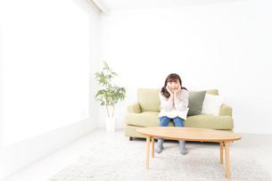 自宅でリラックスをする若い女性の写真素材 [FYI04713536]