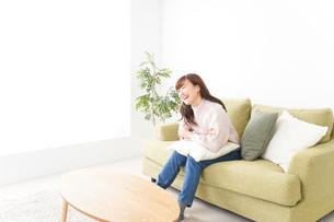 自宅でリラックスをする若い女性の写真素材 [FYI04713537]
