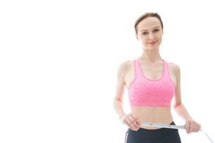 ダイエットをする若い女性の写真素材 [FYI04713547]