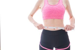 ダイエットをする若い女性の写真素材 [FYI04713548]