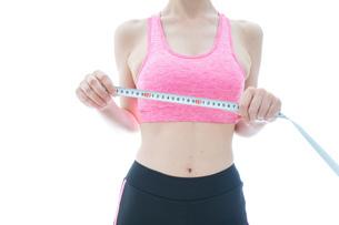 ダイエットをする若い女性の写真素材 [FYI04713556]