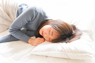 布団に入って睡眠を取る若い女性の写真素材 [FYI04713600]