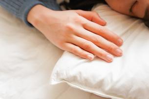 布団に入って睡眠を取る若い女性の写真素材 [FYI04713602]