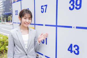 選挙の演説をする若い女性の写真素材 [FYI04713627]