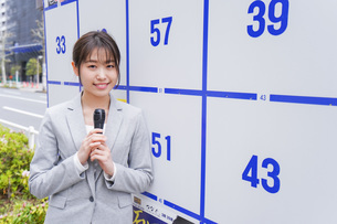選挙の演説をする若い女性の写真素材 [FYI04713628]