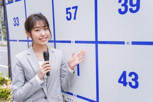選挙の演説をする若い女性の写真素材 [FYI04713629]