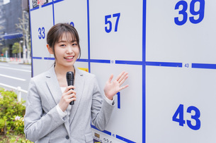 選挙の演説をする若い女性の写真素材 [FYI04713631]